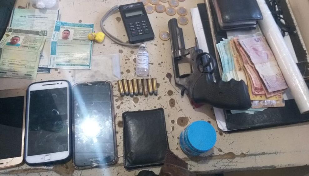 Drogas e arma de fogo são encontrados com dois elementos em Ilhéus