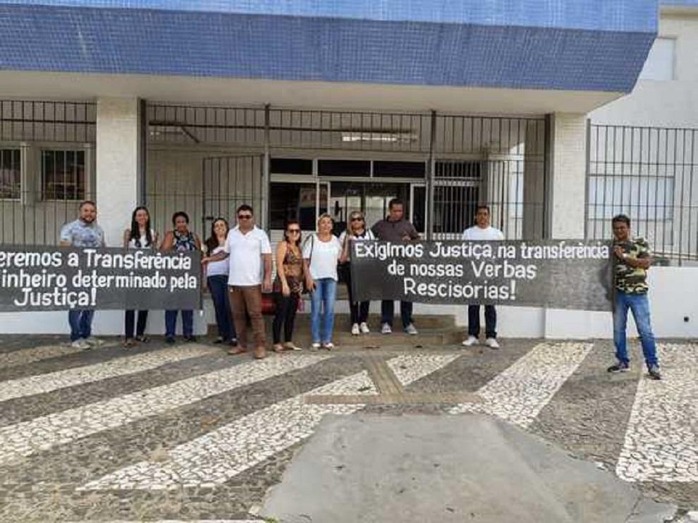 Ex-funcionários do Hospital Costa do Cacau tomam calote da Gerir e protestam