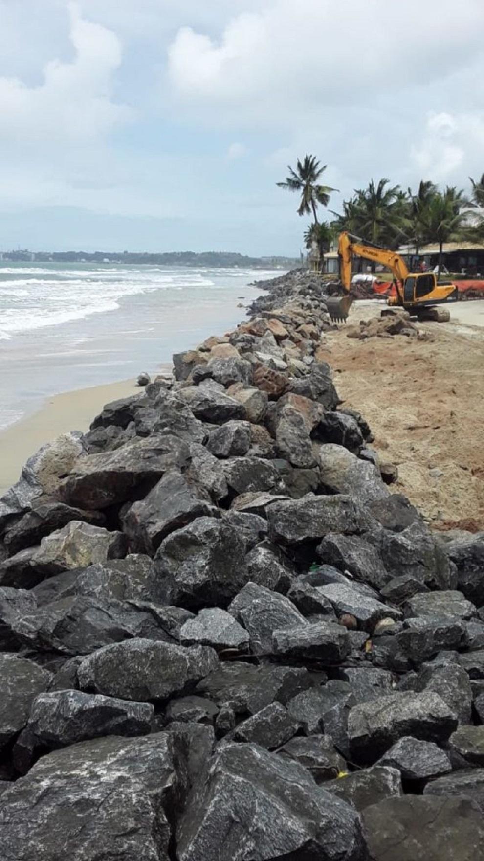 Prefeitura despeja mais pedras para conter avanço da maré no litoral norte de Ilhéus
