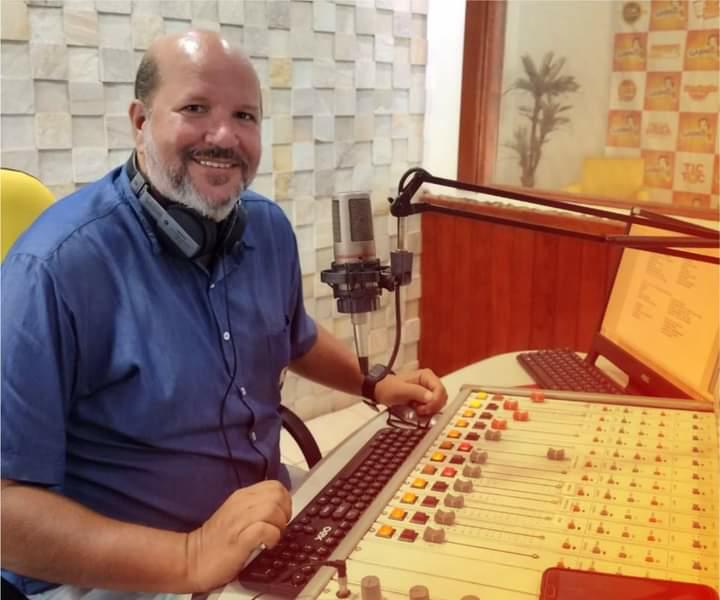 Radialista Robertinho Scarpita comemora 30 anos de profissão com homenagens de artistas e colegas de rádio